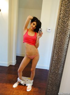 Эротика перед зеркалом молоденькой брюнетки Zoey Kush - фото #