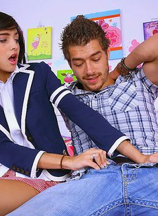 Студентку с маленькими сиськами трахнул молоденький парнишка - фото #
