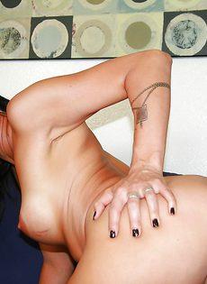 После крутого полового акта тетка Zoey Holloway насладилась спермой - фото #