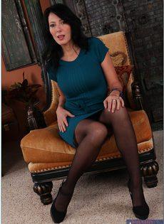 Очаровательная брюнетка в черных чулочках Zoey Holloway мастурбирует - фото #