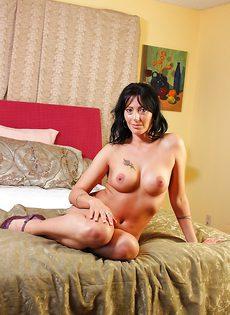 Взрослая женщина Zoey Holloway показывает на кровати красивое тело - фото #