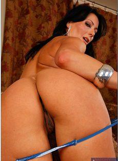 Женщина Zoey Holloway гладит пальчиками бритую щель - фото #