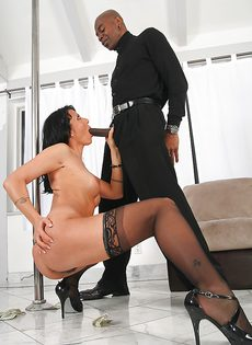 Негр усердно долбит взрослую мадемуазель в черных чулках - фото #