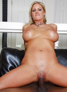 Негр трахнул зрелую блондинку в рот и во влагалище - фото #