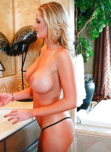 Горячая мастурбация блондинистой потаскухи в ванной - фото #