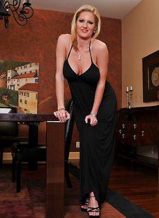Большие сиськи зрелой блондинки Zoey Holiday - фото #