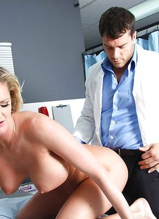 Молодой доктор трахнул зрелую пациентку в палате - фото #