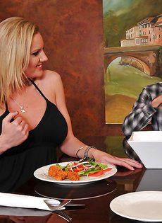 Во время обеда блондинка Zoey Holiday показала парню грудь - фото #