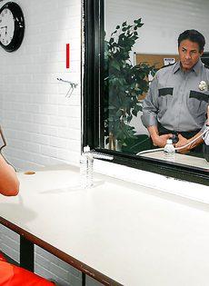 Охранник трахает заключенную с большими сиськами - фото #