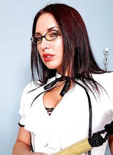 Строгая начальница в корсете и сексуальных черных чулках - фото #1