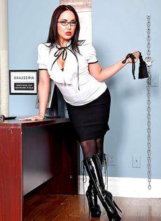Строгая начальница в корсете и сексуальных черных чулках - фото #2