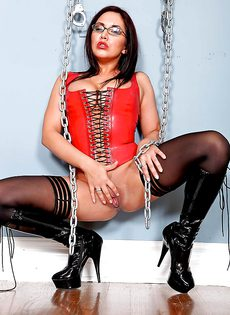 Строгая начальница в корсете и сексуальных черных чулках - фото #13