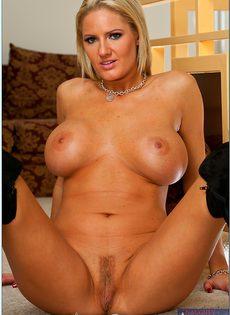 Аппетитная блондинка в сапогах хочет мастурбировать - фото #