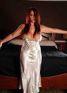 Соло обворожительной барышни Софи Ди в спальне - фото #1