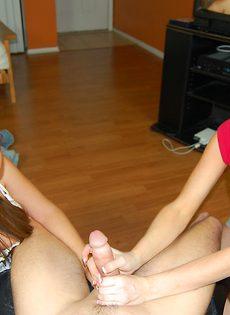 Молодые телки дрочат пенис в домашних условиях - фото #