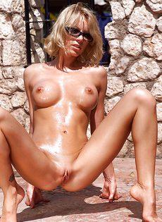 Мастурбирует горячую вагинальную дырочку под палящим солнцем - фото #