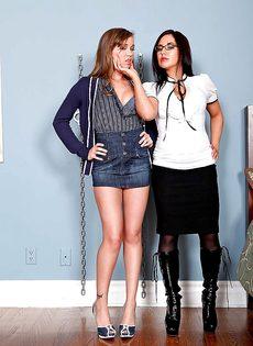 Горячие девчонки Zoe Britton и Capri Anderson трахаются с дилдо - фото #