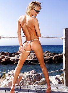 Откровенные фото молоденькой блондинки на берегу моря - фото #