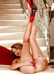 Возбужденная красавица занимается мастурбацией своей киски - фото #