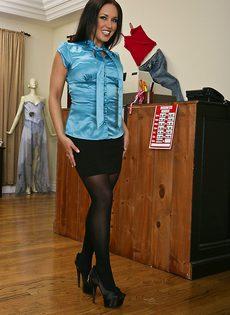Прелестная брюнетка в нижнем белье и чулках черного цвета - фото #1