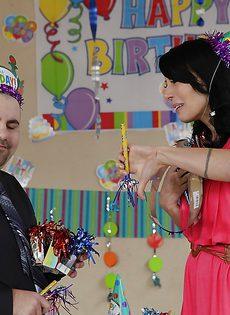 Горячую зрелую брюнетку поздравили с Днем рождения - фото #