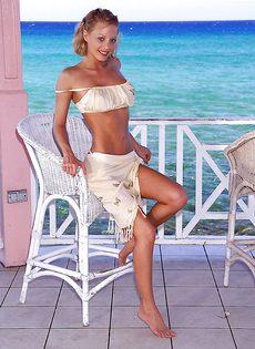 Худенькая блондинка позирует на причале голенькой - фото #