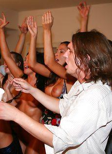 На студенческой вечеринке трахнули девушек - фото #