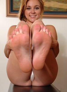 Привлекательная молодка с красивыми ножками - фото #