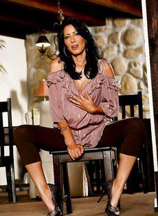 Дама расставляет ножки и демонстрирует промежность - фото #