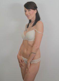Дама сняла с себя нижнее белье белого цвета - фото #