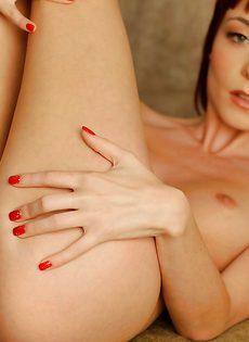 Миниатюрная рыженькая телочка позирует голенькой - фото #