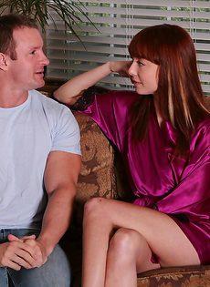 Раскрепощенная рыженькая массажистка сосет член клиента - фото #