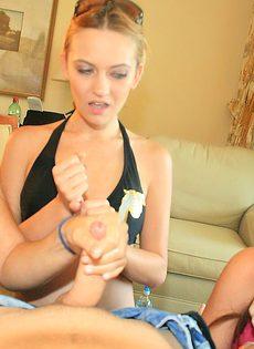 Молоденькие девушки схватились за большой член в домашних условиях - фото #12