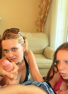 Молоденькие девушки схватились за большой член в домашних условиях - фото #15