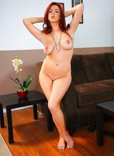 Рыжеволосая девица с большой грудью насладилась писькой - фото #