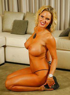 Развратная британская женщина с огромной грудью - фото #