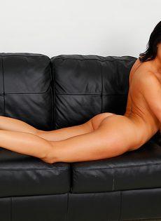 Разврат от миленькой студентки на кожаном диванчике - фото #