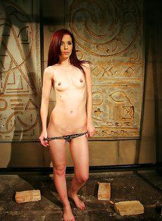 У рыжеволосой молоденькой девушки очень маленькие сиськи - фото #11