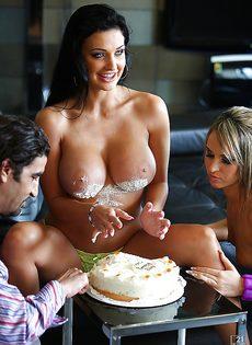 Парень развлекается с двумя девушками