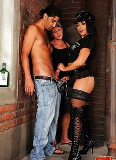 Красивая шлюшка в униформе и два возбужденных парня - фото #