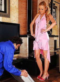 Во время секса парень облизывает ножки половой партнерши - фото #1