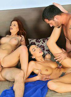 На большой кроватке парни обменялись девушками и трахнулись - фото #