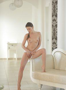 Чувственная мастурбация от женственной брюнетки - фото #