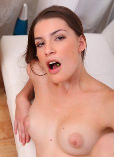 Парень и брюнетка с пирсингом на языке занялись сексом - фото #