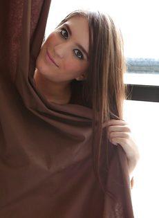 Красивое белье сняла с себя длинноволосая молодушка - фото #