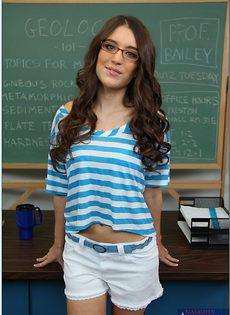 Озорная студентка в очка (Zarena Summers) раздвигает ножки - фото #
