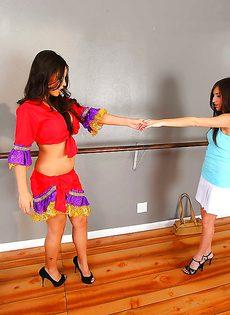 Красивые девчушки удовлетворили друг дружку с помощью страпона - фото #