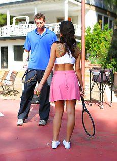 Начинающая теннисистка с большими сиськами - фото #