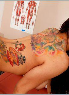 Татуированная милашка в чулочках - фото #