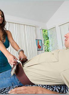 После отсоса парнишка вставил пенис в латинскую девушку - фото #